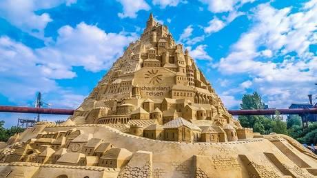 Ένα εντυπωσιακό κάστρο από άμμο με ύψος 16 μέτρα (pics)