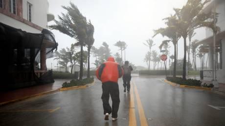Ίρμα: κυνηγοί καταιγίδων και δημοσιογράφοι μέσα στον τυφώνα (vids)