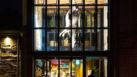 Αυστραλία: Εστιατόριο κρέμασε ταριχευμένη αγελάδα πάνω από τα τραπέζια (pic)