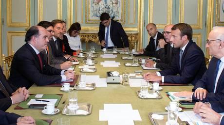 Γαλλία: Συνάντηση Μακρόν με τον πολιτικό αντίπαλο του Νικολάς Μαδούρο (pics)
