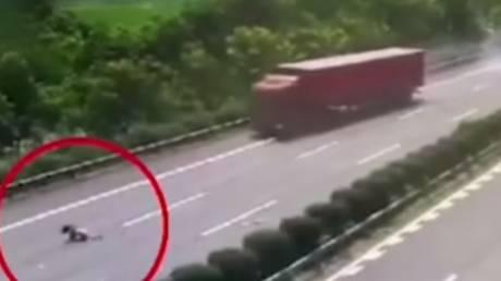 Κίνα: 13χρονη εκτοξεύεται από το πίσω τζάμι αυτοκινήτου σε αυτοκινητόδρομο (Vid)