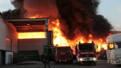 Μεγάλη πυρκαγιά σε εταιρία ειδικών απορριμάτων της Βόρειας Ιταλίας