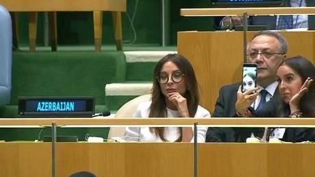 Οργή για τις selfies της κόρης του προέδρου του Αζερμπαϊτζάν ενώ αυτός μιλούσε για γενοκτονία (Vid)