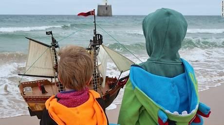 Ο διάπλους των θαλασσών με μία ναυτική μινιατούρα