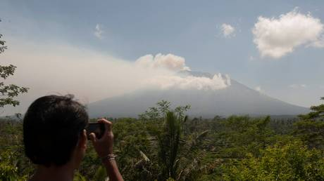 Πάνω από 1000 άτομα εγκατέλειψαν τα σπίτια τους στην Ινδονησία υπό το φόβο έκρηξης ηφαιστείου