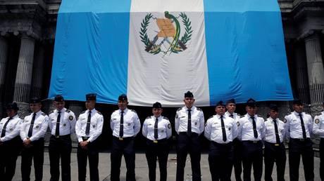 Πολιορκία του κοινοβουλίου της Γουατεμάλας από χιλιάδες διαδηλωτές (pics)