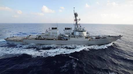 Πυραυλάκατος του ιρανικού πολεμικού ναυτικού αντιμέτωπη με αμερικανικό πολεμικό πλοίο