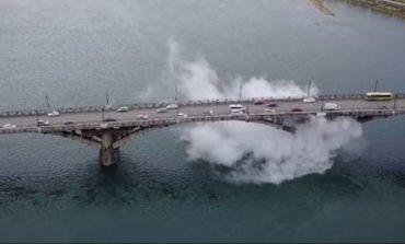 Πώς δημιουργήθηκε αυτό το γιγάντιο «σύννεφο» κάτω από γέφυρα στη Ρωσία (vid)
