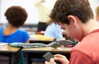 Τα έξυπνα κινητά (smartphones) στο σχολείο, βλάπτουν την απόδοση, την μάθηση, την συμπεριφορά αλλά και την υγεία των μαθητών