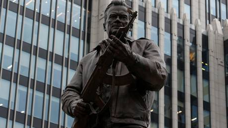 Το άγαλμα του Καλάσνικοφ στο κέντρο της Μόσχας κρατούσε λάθος… όπλο