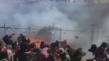 Φλεγόμενος εφιάλτης: Αγωνιστικό αυτοκίνητο έπεσε πάνω σε θεατές (vid)