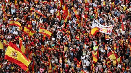 Χιλιάδες Ισπανοί στους δρόμους υπέρ της ενότητας της χώρας (pics)