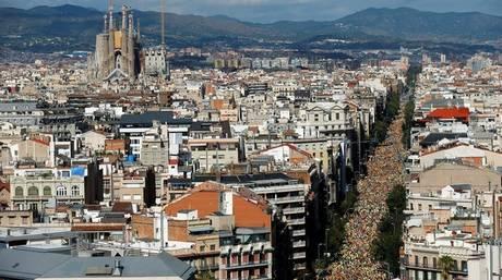Χιλιάδες Καταλανοί στους δρόμους της Βαρκελώνης για τον εορτασμό της «Ντιάδα» (pics&vid)