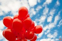 500 κόκκινα μπαλόνια στον ουρανό