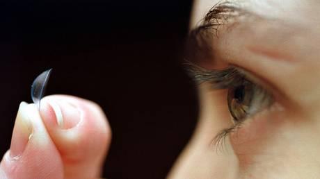6 στους 7 εφήβους κάνουν λάθη στη χρήση των φακών επαφής