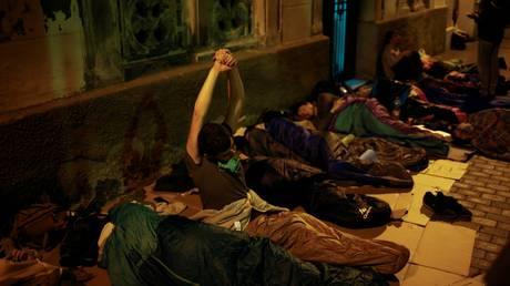 Έξω από τα εκλογικά κέντρα κοιμήθηκαν οι Καταλανοί (pics)