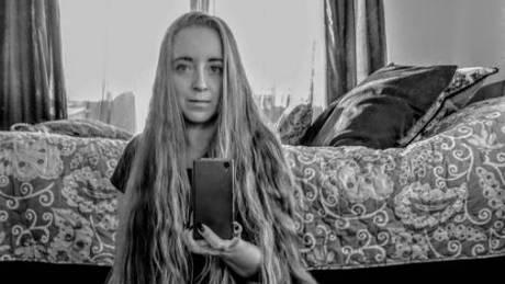 Η Ραπουνζέλ του Ανατολικού Λονδίνου που μπορεί να «φορέσει ως φόρεμα» τα μαλλιά της (pics)