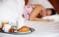 Οι τροφές που βοηθούν για έναν ξεκούραστο ύπνο