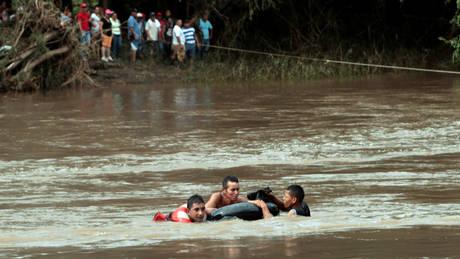 Προειδοποίηση για σχηματισμό κυκλώνα στην Κεντρική Αμερική (pics&vid)