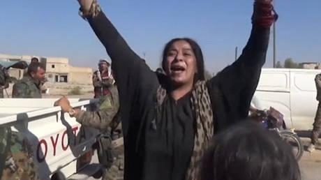 Ράκα: Σκίζει τη μπούρκα της μετά την απελευθέρωση από τους τζιχαντιστές (vids)