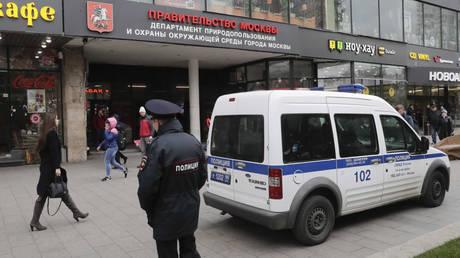 Ρωσία: Άντρας εισέβαλε σε ραδιοφωνικό σταθμό και μαχαίρωσε στο λαιμό παραγωγό (pics)