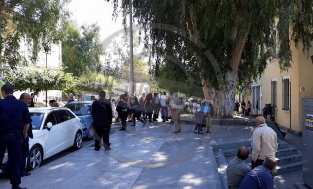 Συγκέντρωση αλληλεγγύης έξω από την Ευελπίδων για τα συλληφθέντα μέλη του Ρουβίκωνα