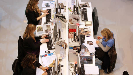 Τέλος στις ατομικές θέσεις εργασίας: Η νέα τάση στην «αρχιτεκτονική» των γραφείων