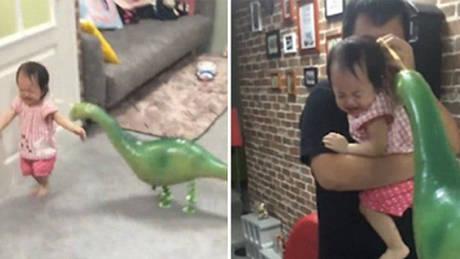 Ταϊβάν: Η μικρή που φοβάται ένα δεινόσαυρο – μπαλόνι και γίνεται viral (vid)