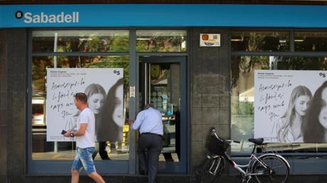 Την απομάκρυνση της έδρας της από την Καταλονία ανακοίνωσε η τράπεζα Banco de Sabadell