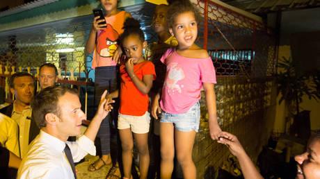 Το τετ-α-τετ του Μακρόν με έναν 7χρονο κάνει τον γύρο του κόσμου (pics&vid)