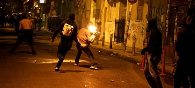 Χάος στα Εξάρχεια: Επιθέσεις με βόμβες μολότοφ – Τραυματίστηκαν αστυνομικοί