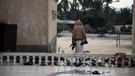 «Βαρύ» το πένθος στην Αίγυπτο για το μακελειό με τους 305 νεκρούς (pics)