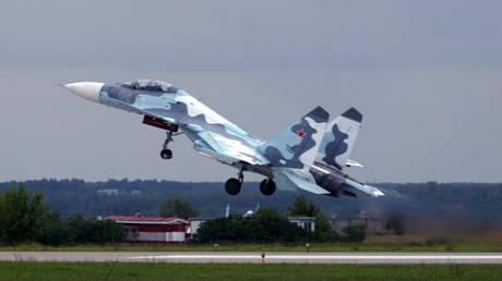 Επικίνδυνα «παιχνίδια» ρωσικού μαχητικού με αμερικανικό αεροσκάφος πάνω από τη Μαύρη Θάλασσα