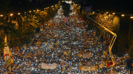 Καταλονία: Ογκώδης διαδήλωση υπέρ της αποφυλάκισης των αυτονομιστών ηγετών (pics)