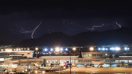 Κεραυνός χτυπά ένα Boeing 777 που μόλις έχει απογειωθεί! (vid)