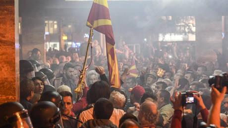Μαζικές συλλήψεις για τα επεισόδια στη Βουλή της πΓΔΜ τον Απρίλιο