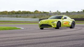 Ο Φερστάπεν «ξεζουμίζει» τη νέα Aston Martin Vantage