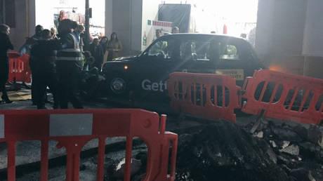 Ταξί έπεσε πάνω σε πεζούς στο Λονδίνο (pics&vids)