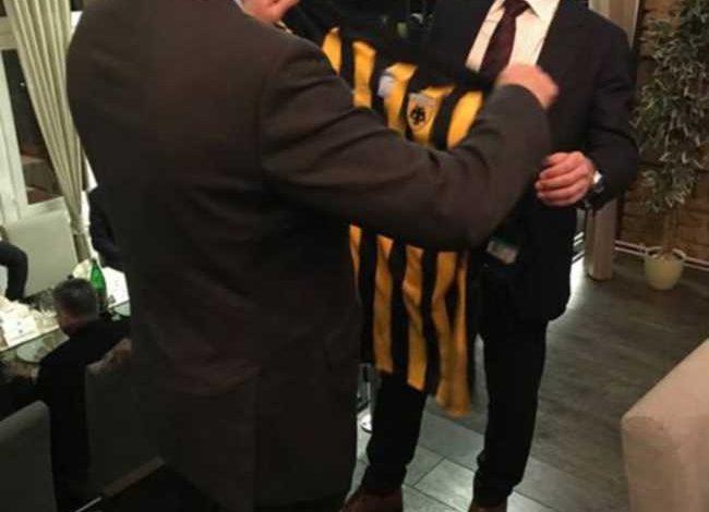 O πρόεδρος της ΟΥΕΦΑ με φανέλα της ΑΕΚ (photos)