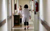 «Ψαλίδι» σε μισθούς γιατρών