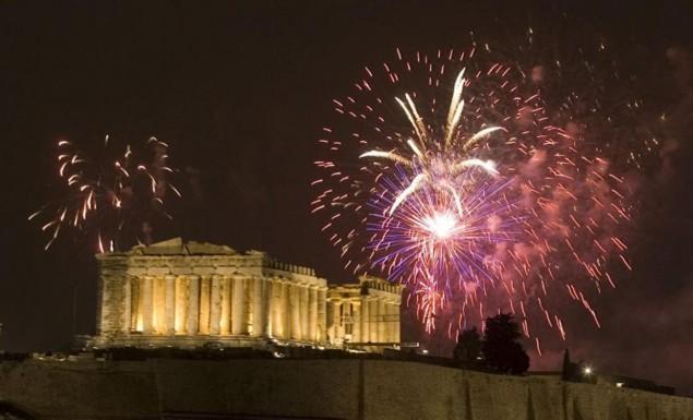 Έτσι υποδέχθηκε η Αθήνα το 2018 – Η Ακρόπολη με φόντο τα πυροτεχνήματα (vid)