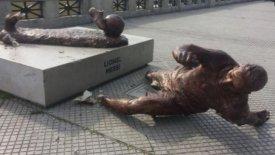 Βάνδαλοι έκοψαν το άγαλμα του Μέσι από τα πόδια! (pic)
