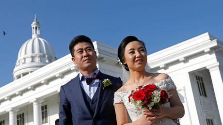 Οι ερωτευμένοι στην Κίνα ανταλλάσσουν μεταξωτές μπάλες – Μια παλιά παράδοση αναβιώνει