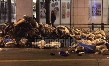 Χάος στη Σταδίου - Πήραν φωτιά σκουπίδια σε απορριμματοφόρο
