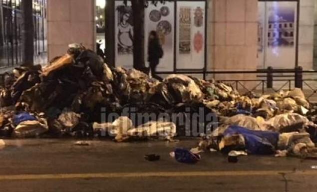 Χάος στη Σταδίου – Πήραν φωτιά σκουπίδια σε απορριμματοφόρο