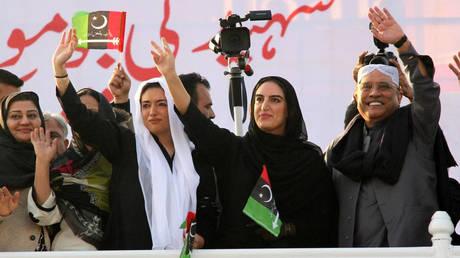 Χιλιάδες Πακιστανοί τίμησαν τη μνήμη της Μπεναζίρ Μπούτο, δέκα χρόνια μετά τη δολοφονία της