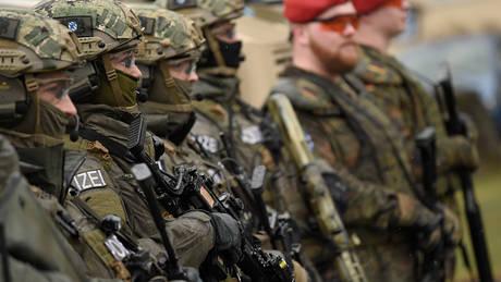 Handelsblatt: Οι χώρες της ΕΕ θα συμφωνούν από κοινού στο μέλλον για τον εξοπλισμό των στρατών τους