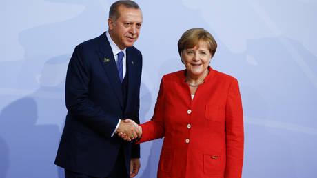 Mέρκελ και Ερντογάν συμφώνησαν να εργαστούν για τη βελτίωση των διμερών σχέσεων