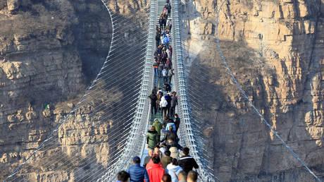 Έχασαν τη γη κάτω από τα πόδια τους: Η νέα γυάλινη γέφυρα είναι όσο τρομακτική πρέπει (pics&vid)