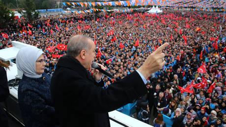 Απειλές Ερντογάν: Θα συντρίψουμε τους Κούρδους